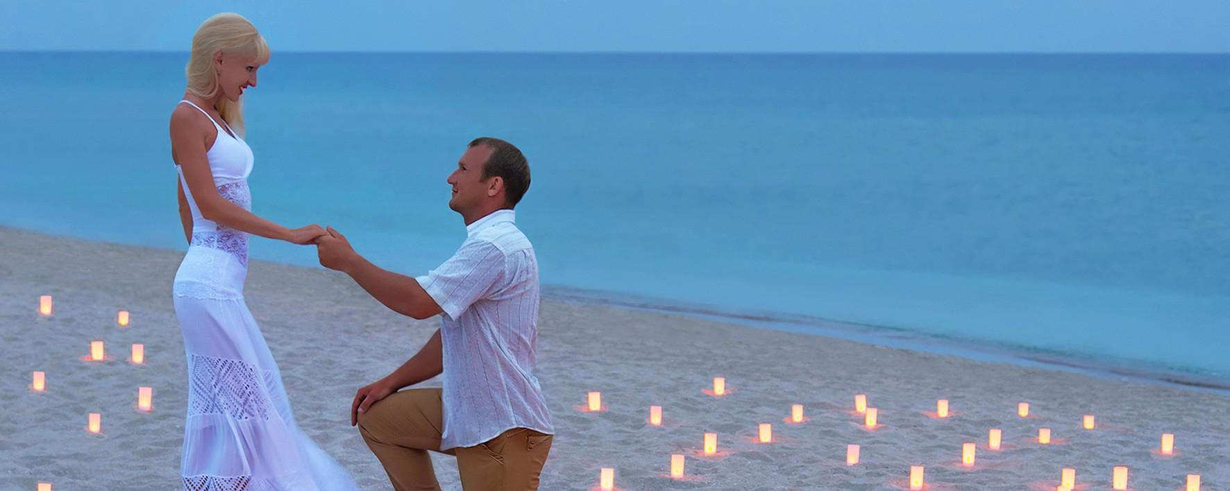 Une demande en mariage sur une plage toi et moi